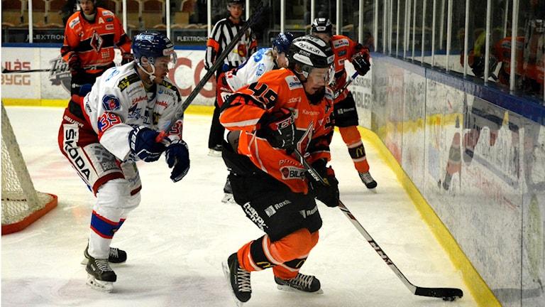 Filip Cruseman försöker ta sig förbi Victor Svensson i Oskarshamn. Foto: Oscar Anderberg