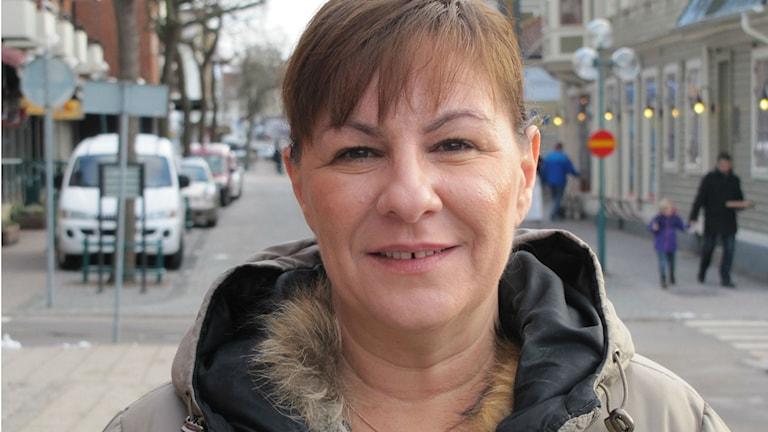 Närbild på en kvinna i beige jacka. Foto: Rebecka Gyllin/Sveriges Radio
