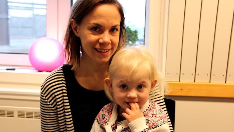 En bild på treåriga Thea och hennes mamma Maja Håkansson. Foto: Stina Linde/Sveriges Radio