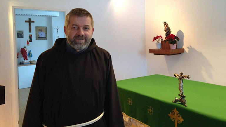 Den katolske prästen Andrzej Konopka tycker att församlingsmedlemmarna borde engagera sig mer i kyrkoarbetet. Foto:Monika Titor/SR