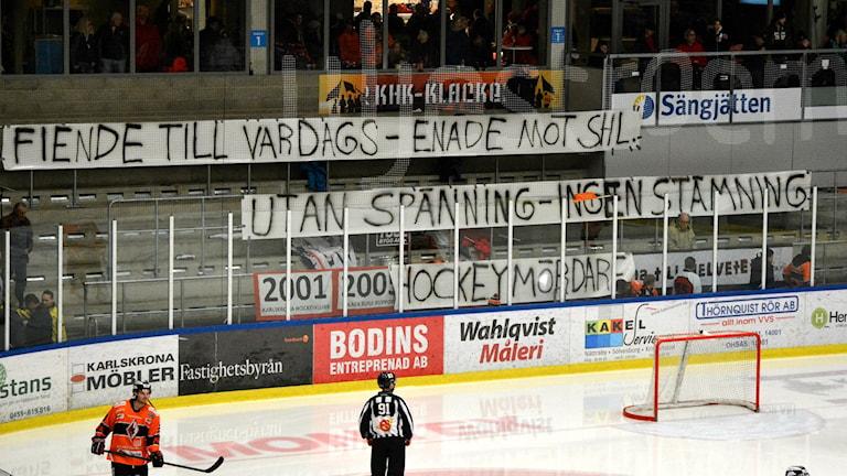 KHK och Rögles fans protesterade mot SHLs nya krav med tomma läktare