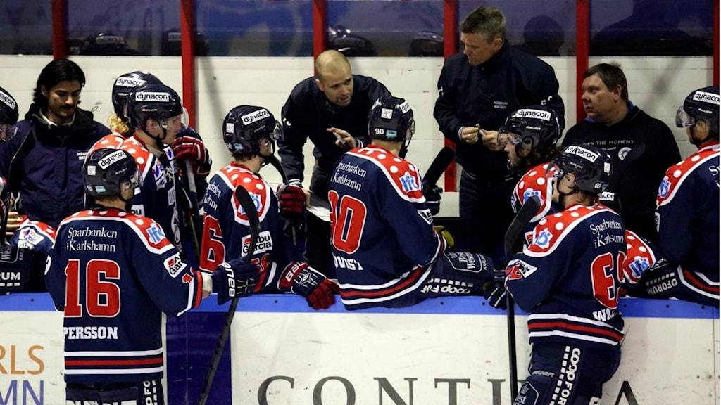 Mörrums tränare har genomgång med laget. Foto: Lars Nilsson