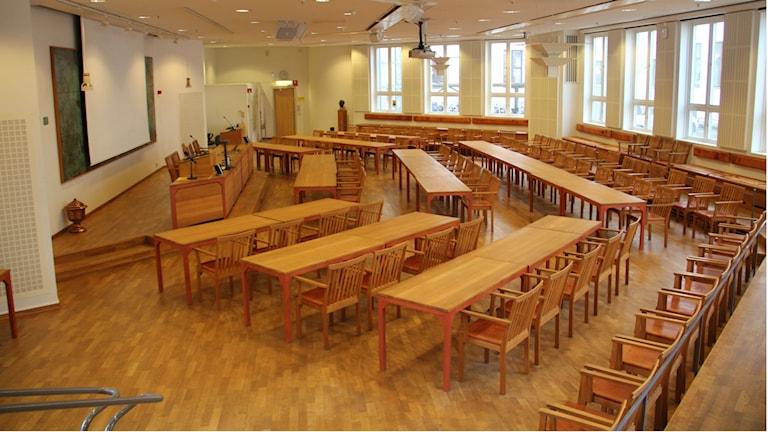 En stor tom sal med många stolar och bord. Foto: Rebecka Gyllin/Sveriges Radio