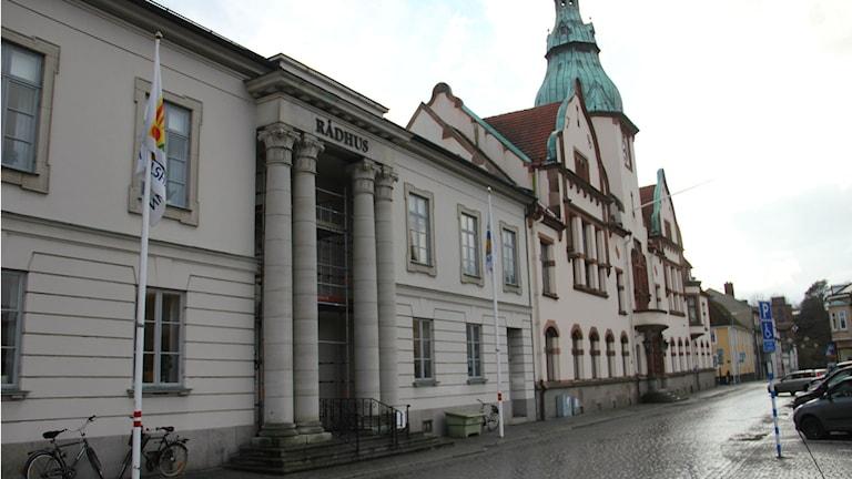 Exteriör bild på rådhuset i Karlshamn. Foto: Rebecka Gyllin/Sveriges Radio