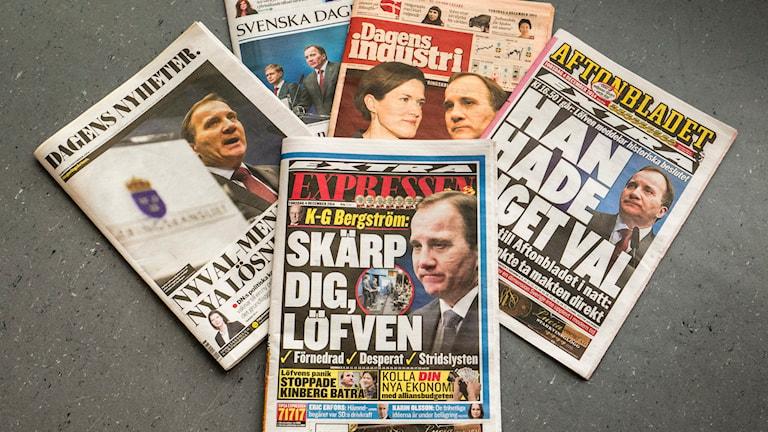Flera tidningar ligger på ett golv. Foto: Mons Brunius/TT