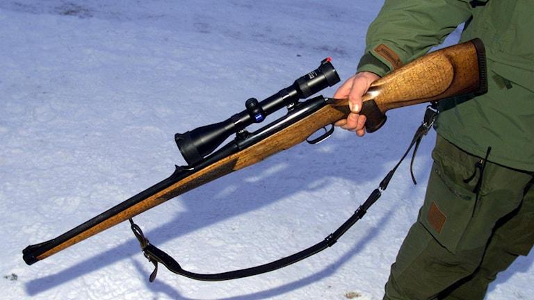 En person som håller i ett gevär. Foto: Lise Åserud/TT