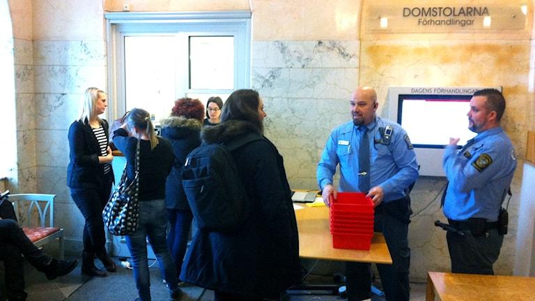 Journalister väntar på dom i Yara-fallet. Foto: Mikael Eriksson/Sveriges Radio