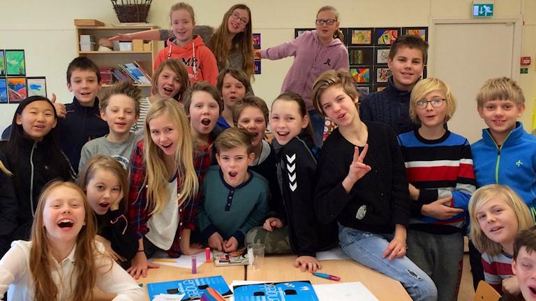 Musikugglan klass 5A jublar i ett klassrum. Foto: Martin Arvebro/Sveriges Radio