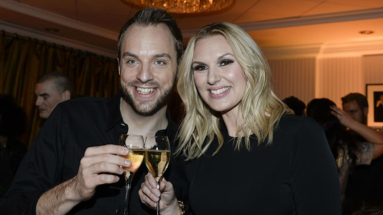 sanna nielsen och robin paulsson med champagne