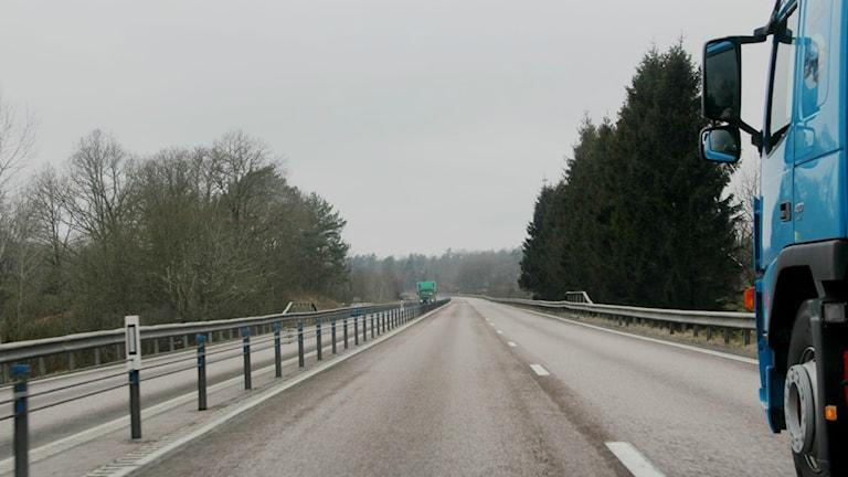 Två lastbilar möts på tvåfilig väg.
