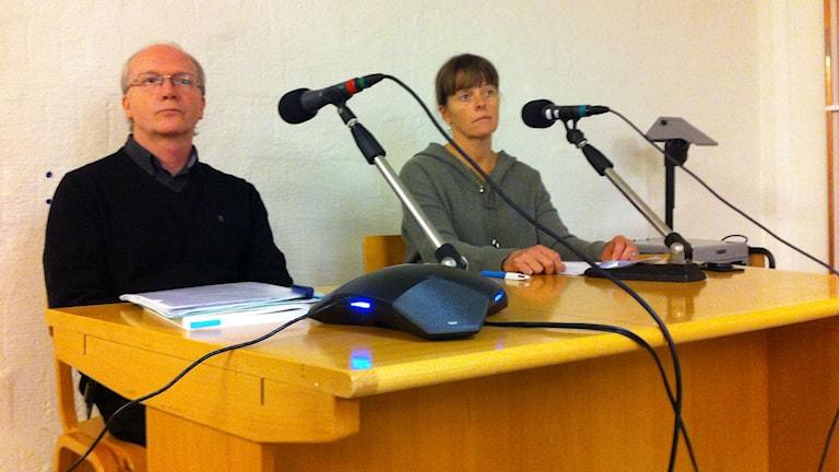 Två personer sitter vid ett bord med mikrofoner. Foto: Mikael Eriksson/Sveriges Radio