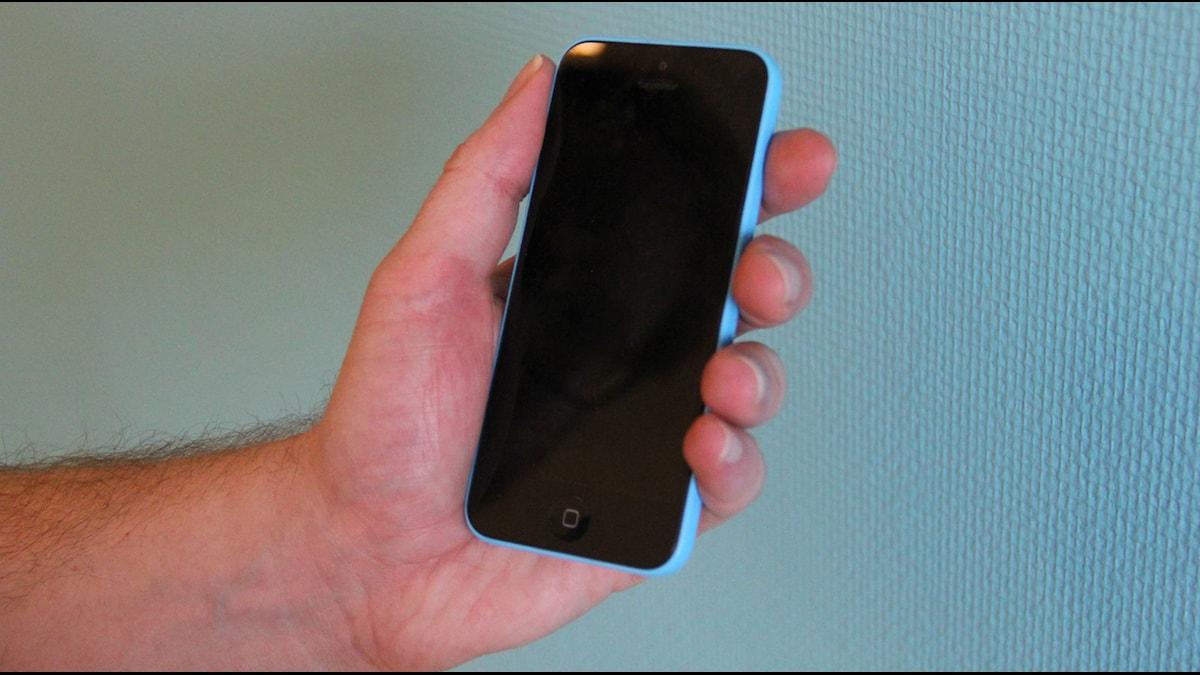 Mobiltelefon i hand. Foto: Mikael Eriksson/Sveriges Radio.