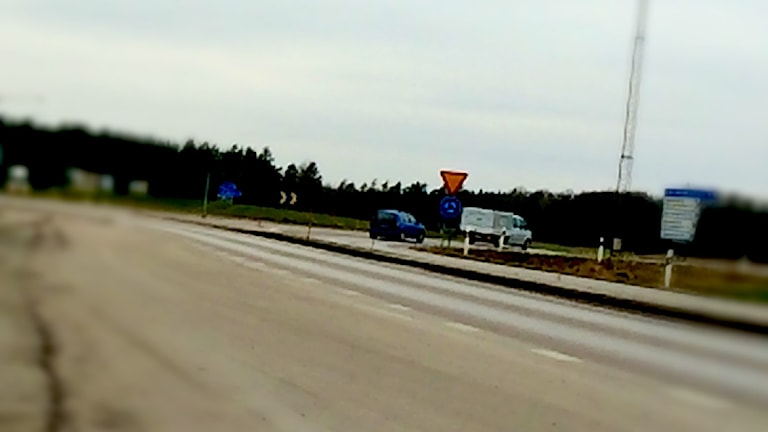 Två bilar kör i en rondell.