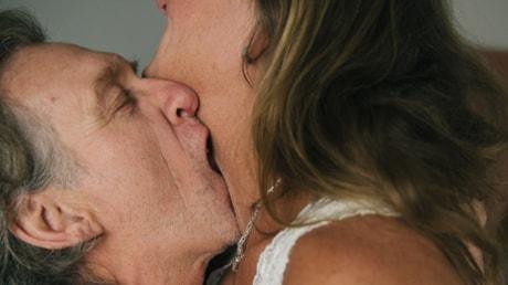 Två människor i medelåldern som kysser varandra. Foto: RFSU