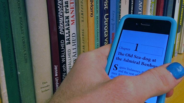 En smart telefon med första kapitlet till en bok på skärmen. Foto: Jesper Cederstrand/Sveriges Radio