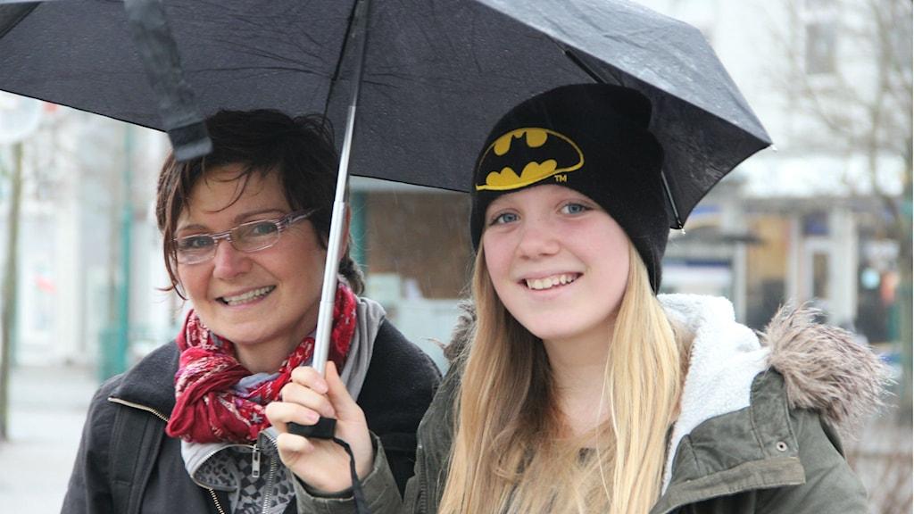 Två kvinnor under ett paraply. Foto: Rebecka Gyllin/Sveriges Radio