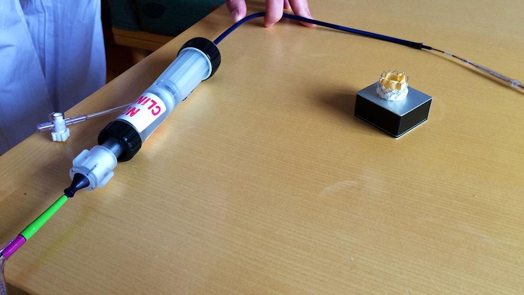 Delar av utrustningen inkl en konstgjord klaff på ett bord. Foto: Martin Arvebro/Sveriges Radio