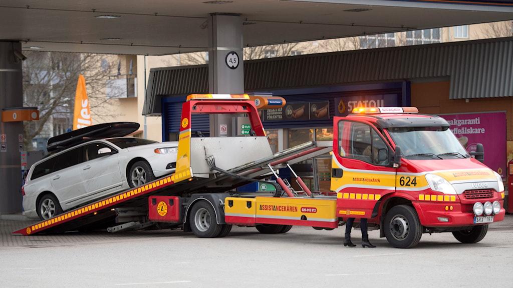 En bil bärgas bort av en bärgningsbil. Foto: Fredrik Sandberg/TT