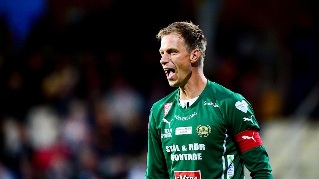 Mattias Asper ropar över fotbollsplanen.