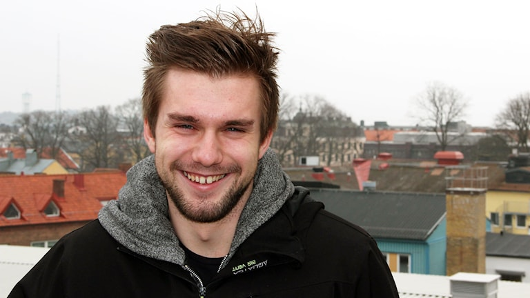 En man står framför stadsutsikt. Foto: Annika Nilsson/Sveriges Radio