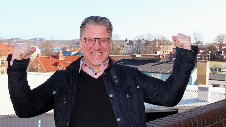 En man står och jublar. Foto: Annika Nilsson/Sveriges Radio