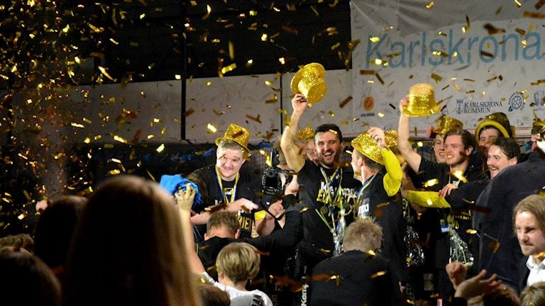 HIF Karlskrona i guldhattar under firandet. Foto: Oscar Anderberg