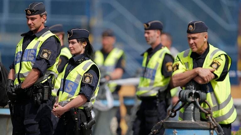 Flera poliser står och tittar åt samma håll. Foto: Adam Ihse/TT