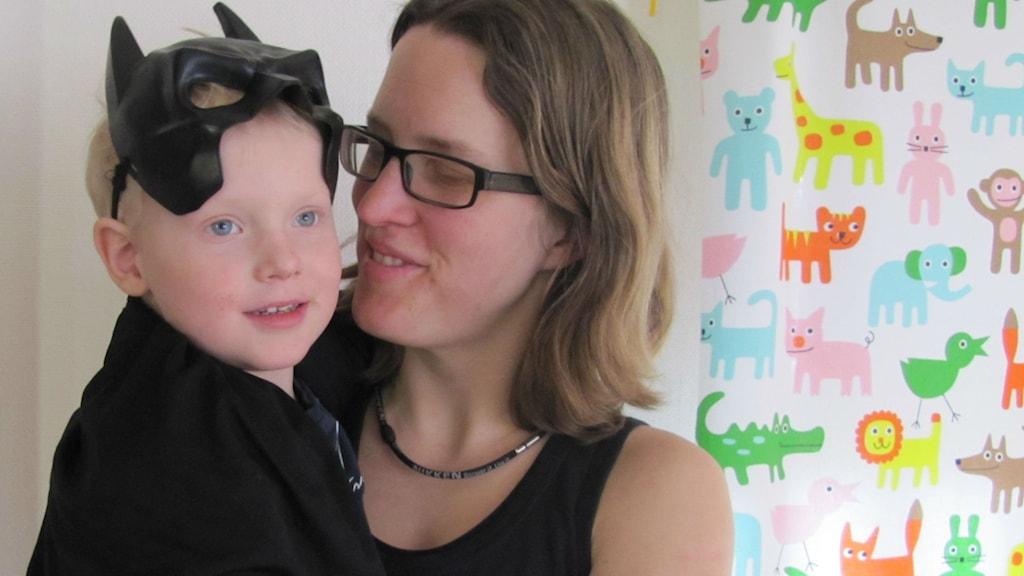 Ulrika Henningsson med sonen Alvin snart fyra år. Foto: Monika Titor/SR