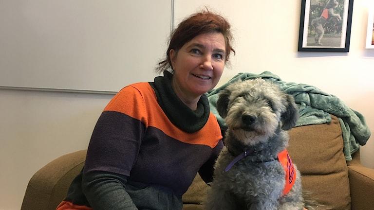 Petra Johansson  och terapihunden Zingo.