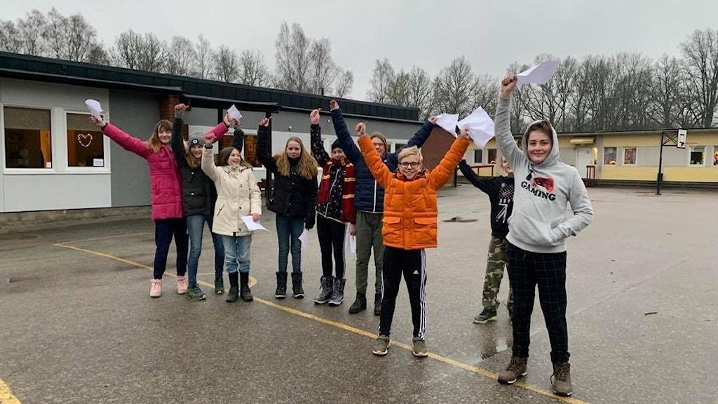 Klass fem på Strömsbergs friskola i Karlskrona jublar efter att de fått veta att de är uttagna till Vi i femman.