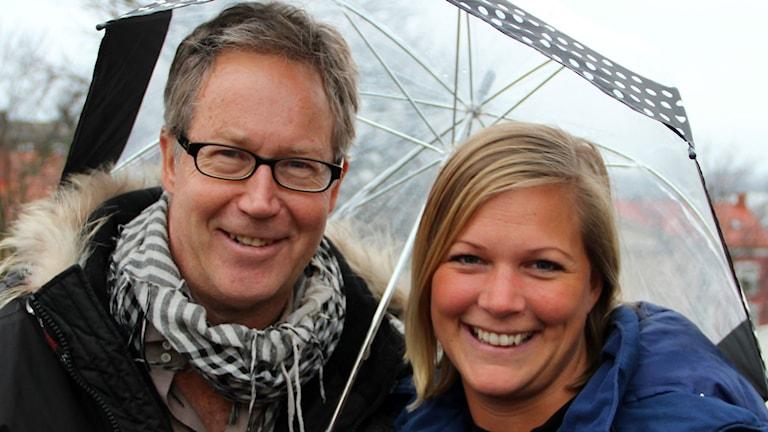 Foto:  Mats Andersson, meteorolog på SMHI. Rebecka Gyllin, programledare för Solklart. Foto: Stina Linde/Sveriges Radio