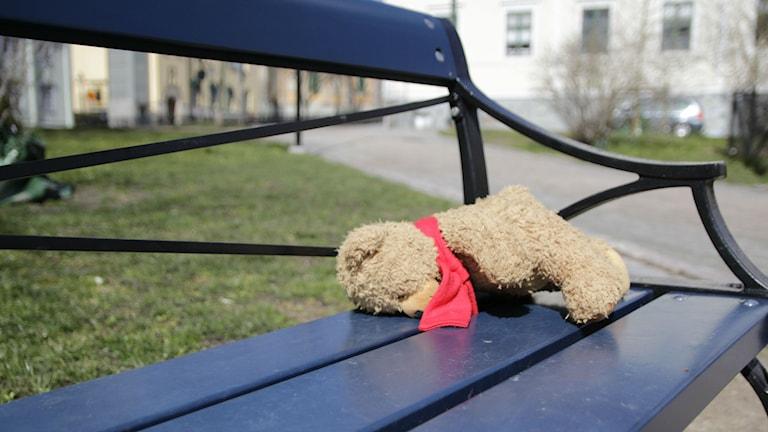 Ensam nalle ligger på en parkbänk. Foto: Monika Titor/Sveriges Radio