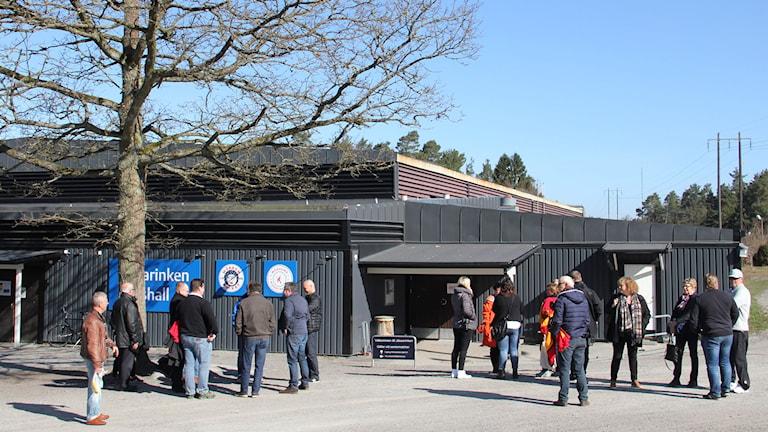Personer står utanför Jössarinken i Mörrum. Foto: Linn Elmstedt/Sveriges Radio