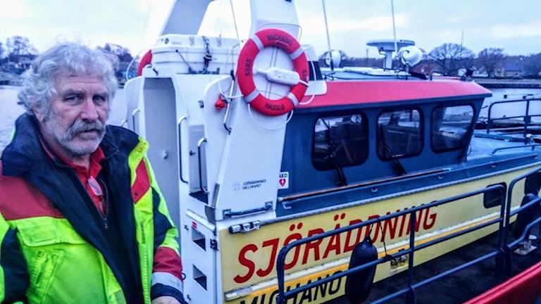 Olle Andersson, Sjöräddningssällskapet på Hasslö står framför båten Michano.