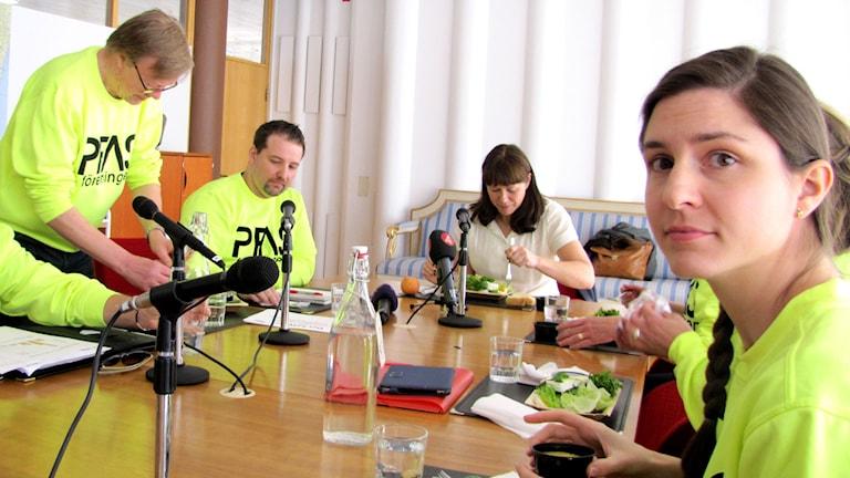 Personer sitter och äter vid ett bord. Foto: Monika Titor/Sveriges Radio