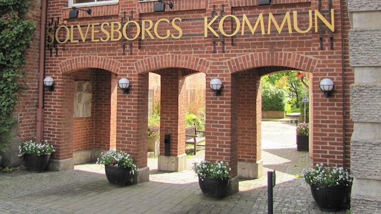 Skylten som säger Sölvesborgs Kommun på kommunbygnaden