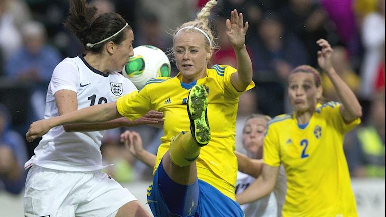 Sveriges Amanda Ilestedt i kamp om bollen. Foto: Adam Ihse/TT