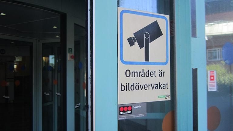 Skylt som visar att det sker kameraövervakning. Foto: Carina Melin/Sveriges Radio