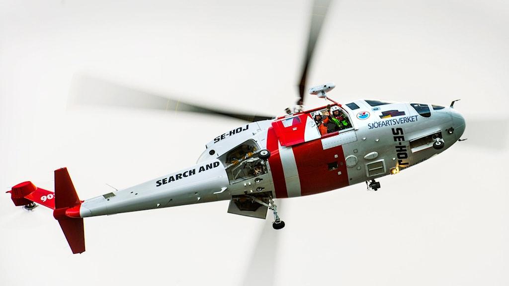 Sjöfartsverkets räddningshelikopter lyfter mot skyn