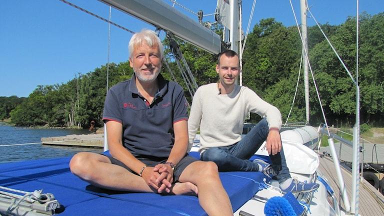 Jens Liljegren och Jan Malmberg sitter på sin segelbåt. Foto: Victor Eriksson/Sveriges Radio