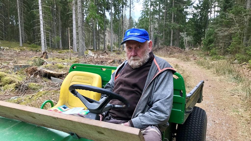 Bengt Johansson i Ledja har under många år fört krig mot granbarkborren.