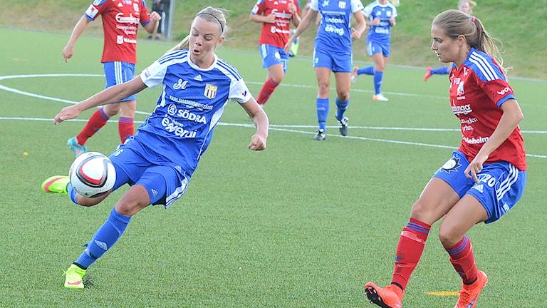 Emma Nordahl Asarums IF var ett hot mot Vittsjös backlinje.Foto Torbjörn Sunesson/SR.