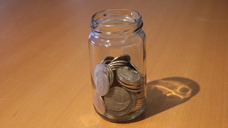Viele Schweden bewahren ihr Kleingeld Schälchen und Gläsern auf (Foto: Linn Elmstedt/Sveriges Radio)