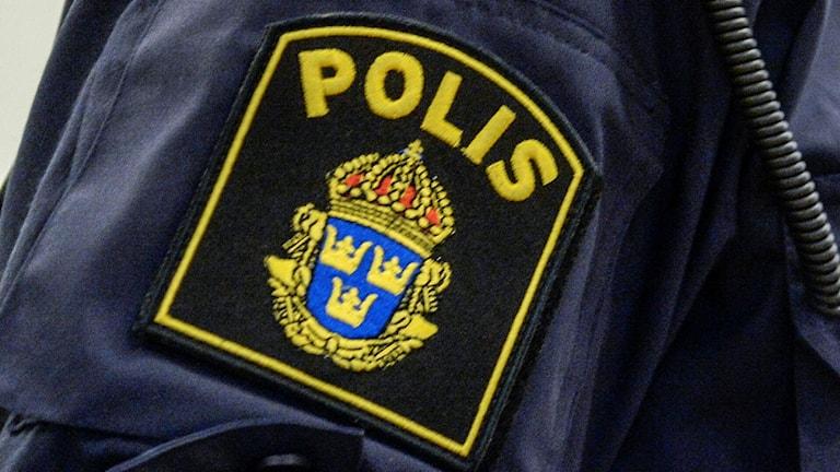 Polisen emblem på en arm på en polisman. Foto: Bertil Ericson/TT.