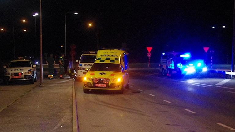 Ambulans och polis på plats i natt. Foto:Linslusfoto.se
