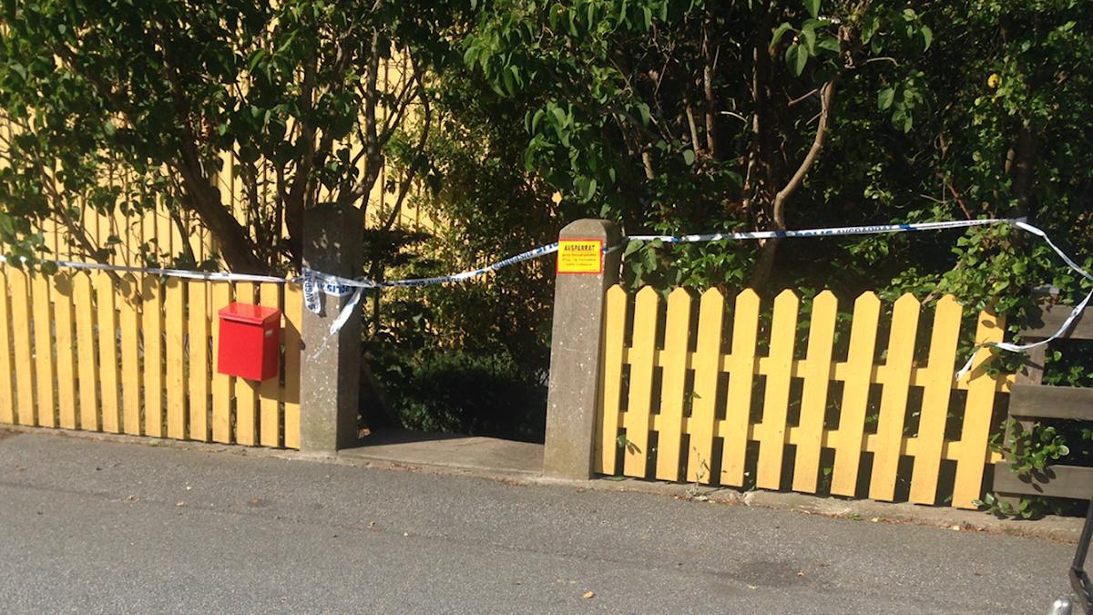 Gult staket med buskar bakom avspärrat med polistejp. Foto: Johan Svensson/ Sverige Radio