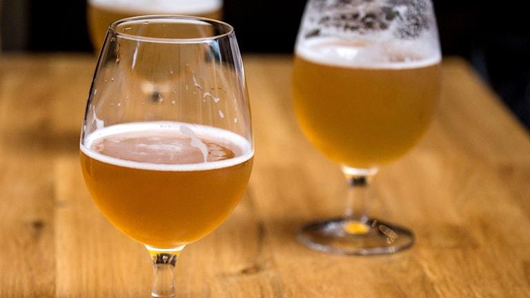 Glas med öl står på ett bord. Foto: Christine Olsson/TT