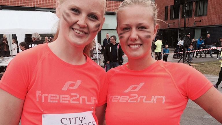 Alva Wadström och Ellen Thunell, handbollsspelare som provade sina krafter i det tuffa stadsloppet. Foto: Henrik Olsson, P4 Blekinge