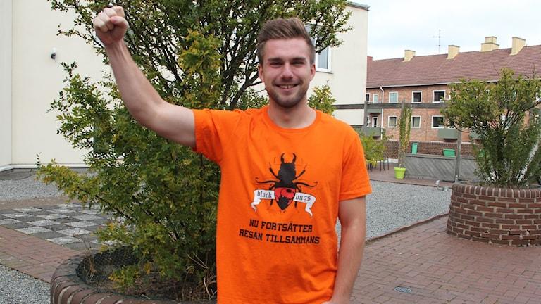 Mattias Abrahamsson är hejaklacksledare i supporterklubben Blackbugs. Foto: Ingrid Elfstråhle