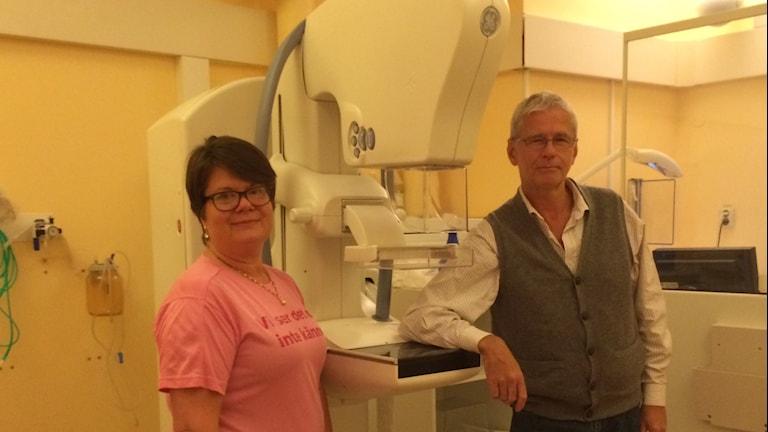 Maria Wiberfors röntgensjuksköterska och Magnus Rosenborg medicinsk ansvarig överläkare på mammografiavdelningen. Foto: Lena König/Sveriges Radio.